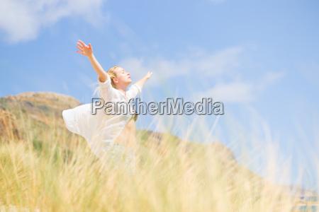 szczesliwa kobieta korzystajacych darmowe sun na