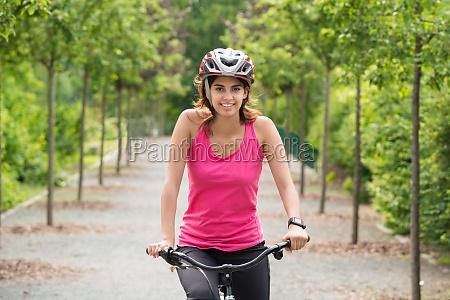 kobieta rowerzysta jazda na rowerze