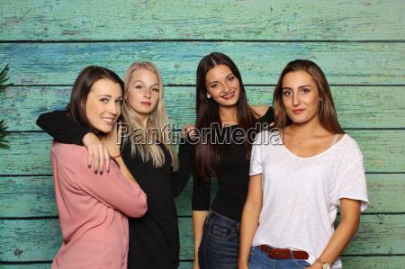 cztery uscisk dziewczyny tulenie