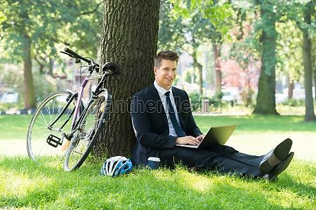 biznesmen korzystanie laptop w parku