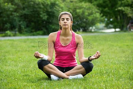 kobieta robi medytacji