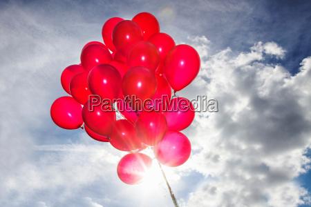 peczek czerwonych balonow na blekitnym niebie