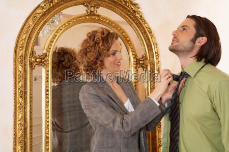 kobieta, dostosowując, krawat, młodego, mężczyzny - 18290398
