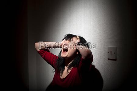 kobieta krzyczy w pomieszczeniu