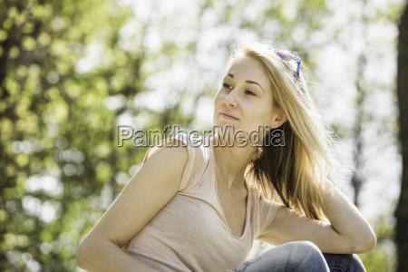 portret mlodej kobiety patrzac spokojnie w