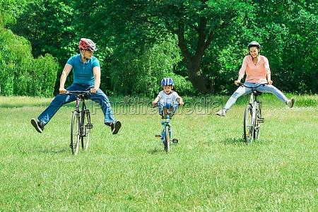 rodzina korzystajacych z jazdy na rowerze