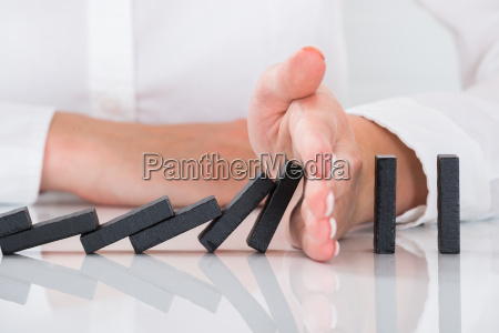osoby strony zatrzymanie dominos spada na