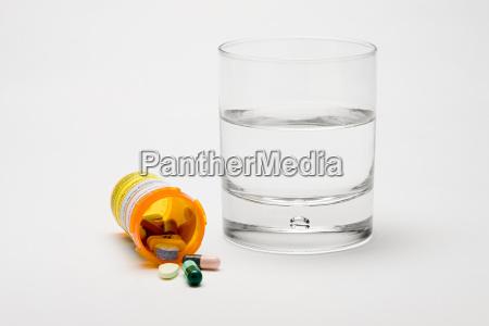 tabletki i szklanka wody