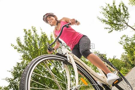 szczesliwy kobieta rowerzysta jazda rowerem
