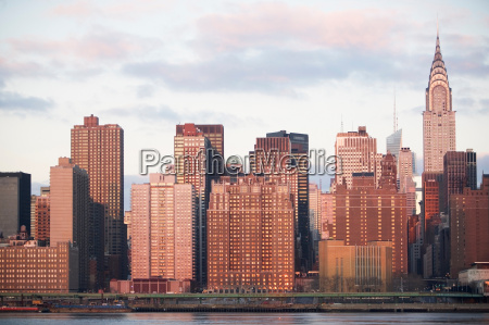 new york city skyline lit up