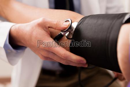 lekarz w srednim wieku za pomoca