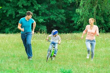rodzice biegaja z synem jazda na