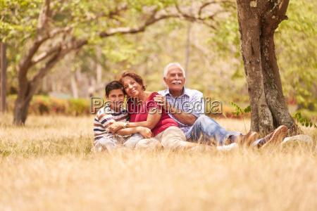 dziadkowie starszy para tulenie mlody chlopiec
