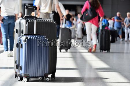 dwa plastikowe walizki podrozne w hali