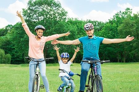 podekscytowany kolarstwo rodzinne w parku