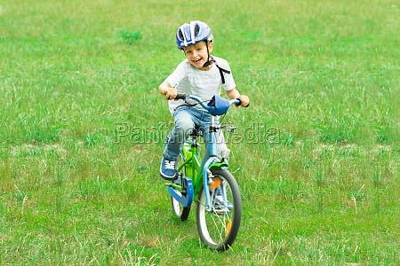 chlopiec jazda rowerem