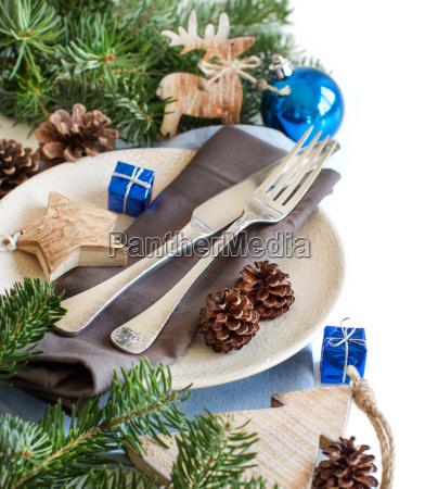 niebieskie i brazowe swiateczne dekoracje stolowe