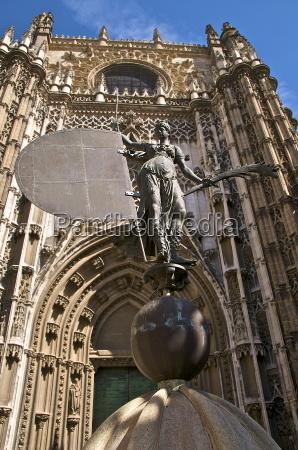 katedra i reprodukcja pomnika giralda reprezentujacy