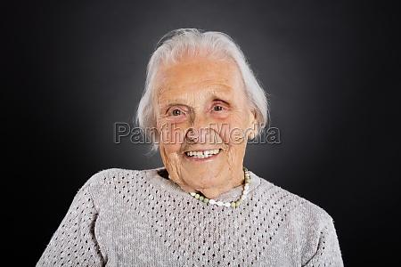 portret usmiechnietej staruszka