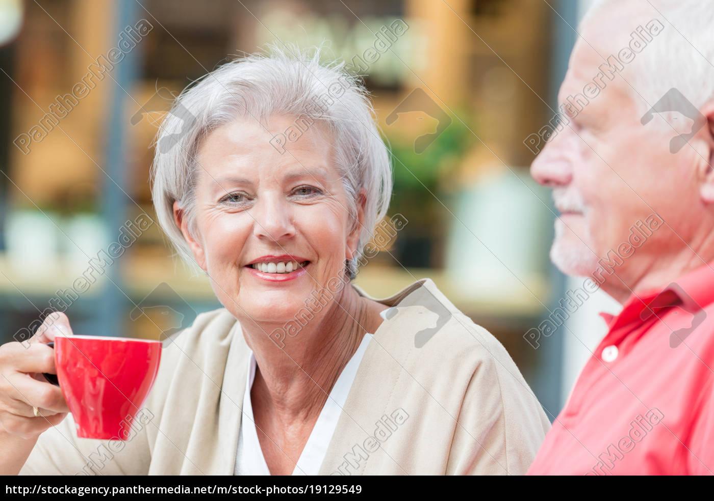seniorzy, piją, kawę - 19129549