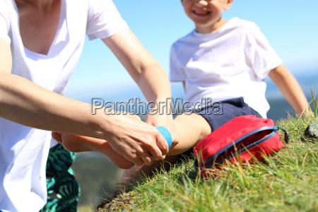 bandazowanie stopy kontuzja dziecko skrecilo noge