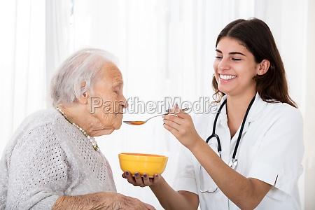 samica doktor dokarmianie zupa do starszego