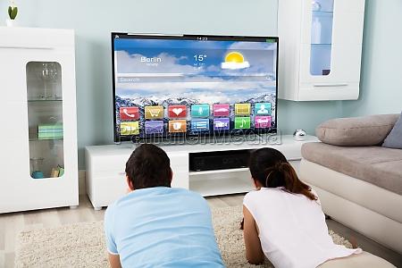 para lezacego na dywan ogladania telewizji