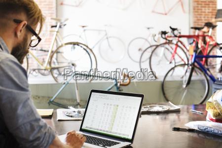 cz owiek w sklepie naprawy rowerow