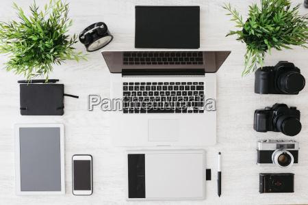 biuro fotografa z laptopa kamery tablety