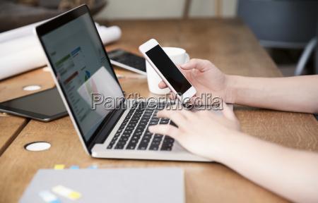 kobieta przy biurku za pomoca laptopa