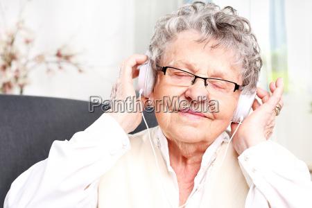 babcia slucha muzyki