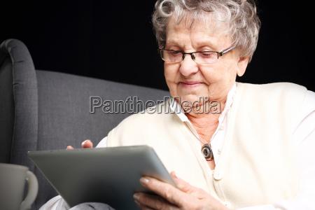 babcia i komputer starsza kobieta z