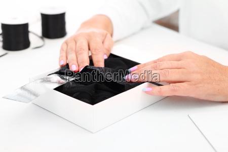 kobieta pakuje prezent zmyslowa bielizna piekny