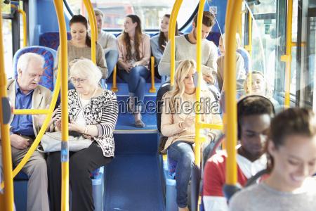 wnetrze autobusu z pasazerami