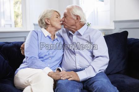 czuly starszy para siedzi na sofie