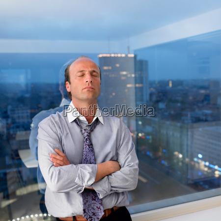 biznesowy, mężczyzna, opiera, przeciw, okno - 19432276
