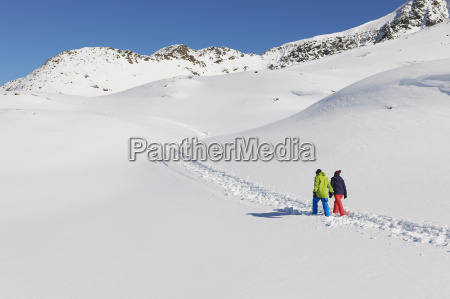 para, spacerująca, w, śniegu, kuhtai, austria - 19512944