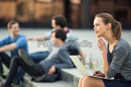 kobieta womane baba laptop notebook komputerow