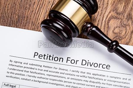 drewniany gavel na petycje o rozwod