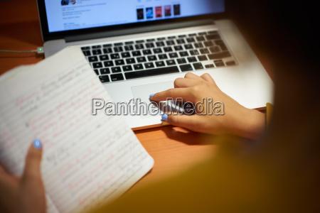 dziewczyna kolegium robi wyszukiwania w internecie