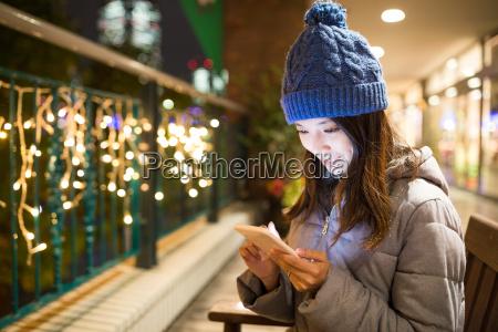 kobieta, używa, telefon, komórkowego, przy, nocą - 19803205
