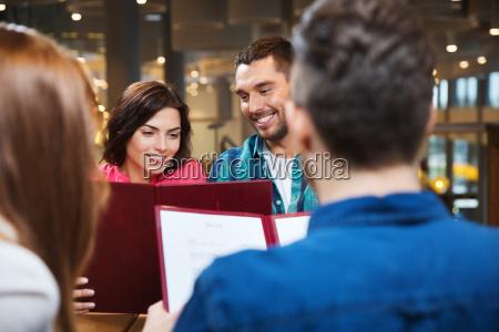 usmiechnieta para z przyjaciolmi i menu