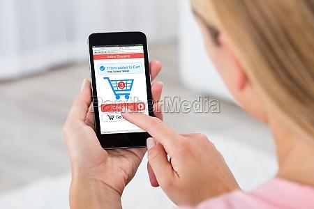 kobieta zakupy online za pomoca telefonu