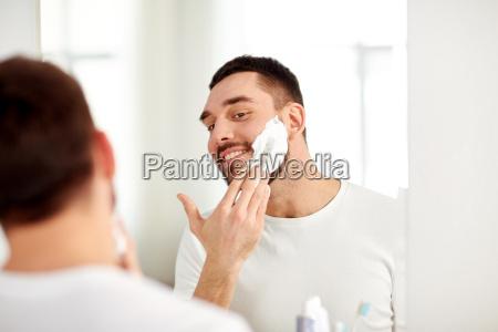 happy man stosowania pianki do golenia