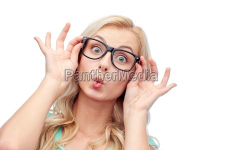 szczesliwa mloda kobieta w okularach co