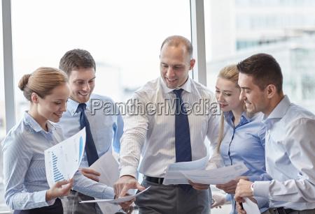 ludzie biznesowi z dokumentami rozmawiajac w