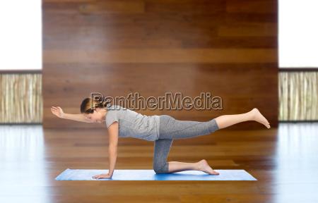 kobieta making yoga w tabeli bilansowania