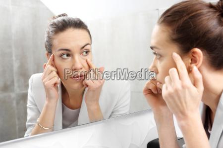odbicie w lustrze kobieta przeglada sie