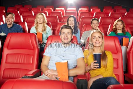 happy przyjaciele ogladania filmu w teatrze
