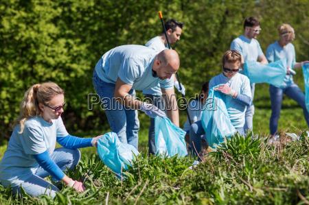 wolontariusze z workow na smieci czyszczenie